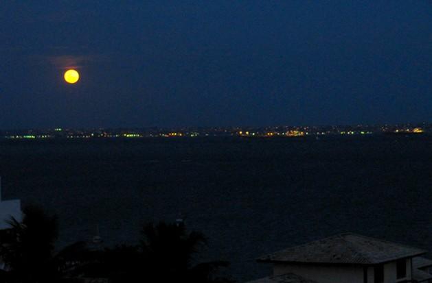 A foto da lua cheia sobre a Bahia de Todos os Santos foi feita por mim, em Mar Grande (Itaparica), e tem ao fundo a cidade de Salvador - Bahia