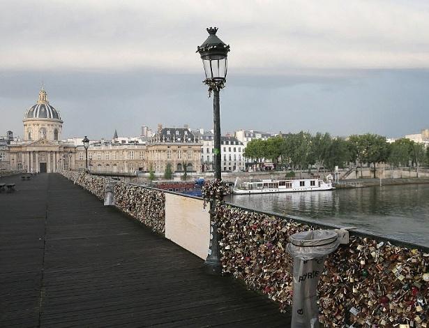 pont-des-arts-localizada-na-capital-francesa-desabou-por-causa-do-peso-dos-cadeados-que-sao-presos-as-suas-grades-neste